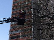 Řezání stromu v hradecké ulici Jungmannova.