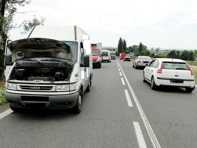 Dopravní nehoda tří nákladních automobilů u Lochenic.