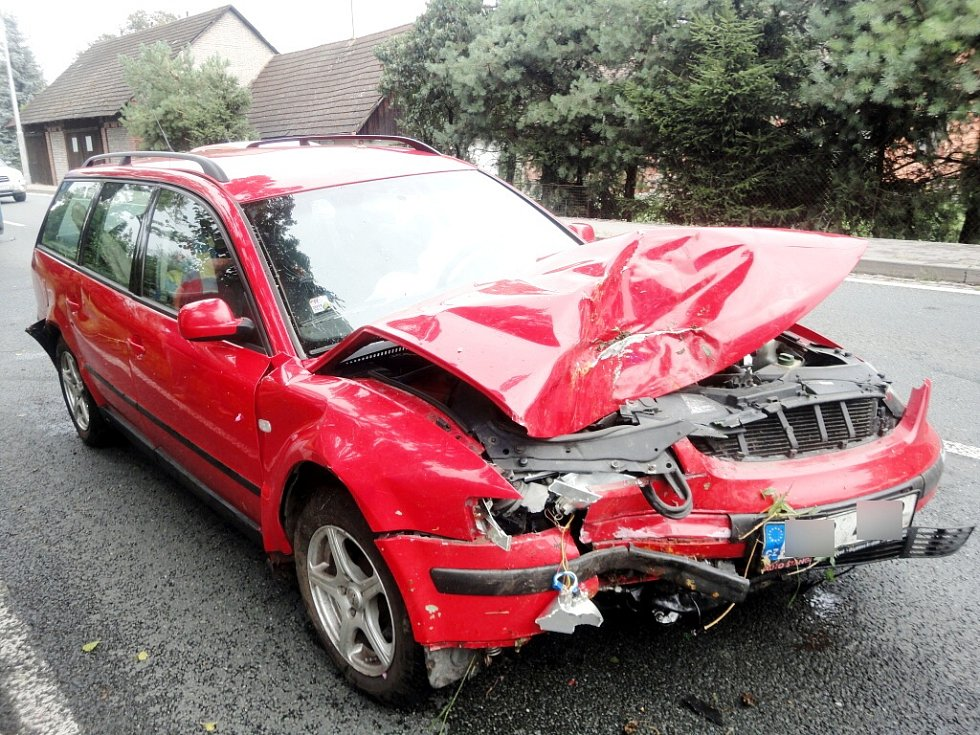 Dopravní nehoda osobního vozidla a kamionu v Blešně.