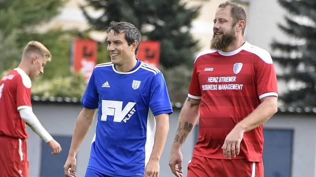 DŮVOD K ÚSMĚVU. Dvorák Martin Otradovský (v modrém) vévodí pořadí střelců I. B třídy skupiny A a jeho tým vede tabulku této soutěže.