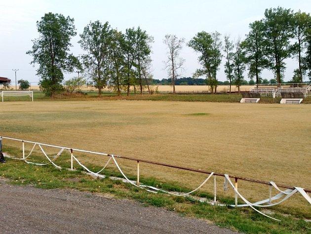 Vysušené fotbalové hřiště oddílu TJ Sokol Myštěves.