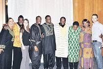 Populární gospelová skupina The Very Best of Black Gospel předvedla své umění začátkem prosince v Hradci Králové. Ochotně se i s mladými redaktory vyfotili.