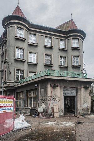 Stavba infocentra na Eliščině nábřeží vHradci Králové.