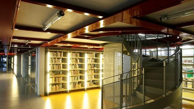 Stěhování všeho potřebného do nové městské knihovny v Hradci Králové.