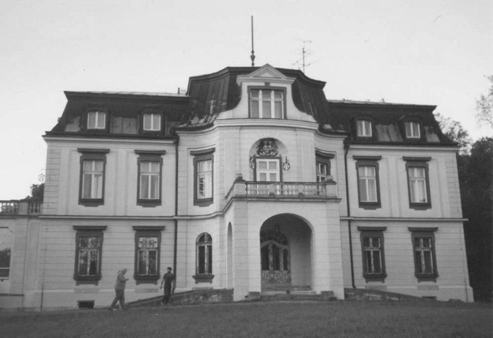 NEDALEKO DVORA stojí barokní zámeček Blažkov. Zámek se v minulosti kvůli filmování proměnil ve francouzské luxusní sídlo bohatých důchodců. Režisér Zdeněk Zelenka zde natáčel film Černá karta.