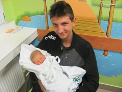 NATÁLIE TOBOLOVÁ ihned po narození v 17.27 hodin pózovala se svým strýčkem. S mírami 52 centimetrů a 3375 gramů potěšila maminku Evu a tatínka Petra.