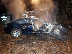 Požár osobního vozidla značky BMW na lesní cestě mezi Chlumcem nad Cidlinou a Lovčicemi.