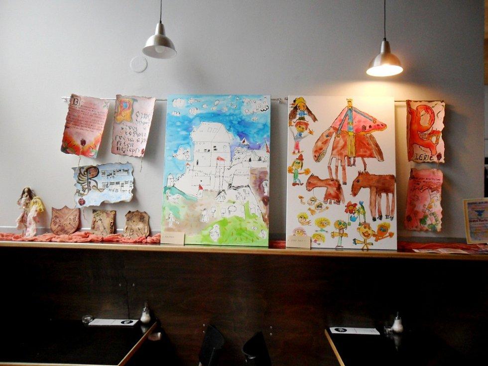 Výstava výtvarných prací žáků královéhradeckého centra Prointepo v prostorách kavárny Bio Central s názvem Snění Karla IV.