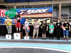 Členové třebechovického kroužku RC Auta na závodech v Náchodě.