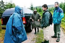 Strážcům KRNAPu Ivo Táslerovi a Jaroslavu Ronovskému ukazuje jejich vedoucí Petr Skalský trasu, na které budou hlídat porušování předpisů 01