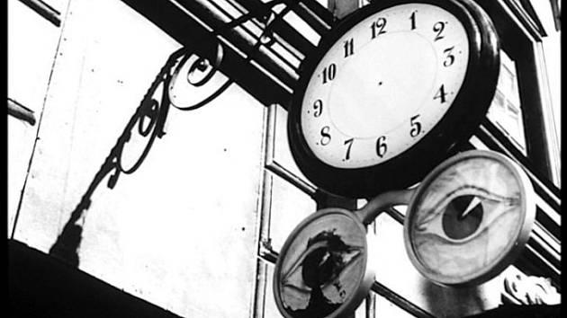 Čas bez času. Úvodní scéna Bergmanova filmu Lesní jahody.