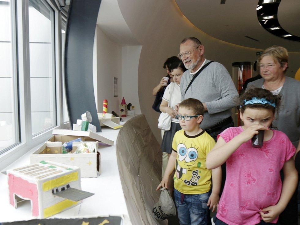 Výstava žáků z hradecké ZŠ Pouchov v digitálním planetáriu.