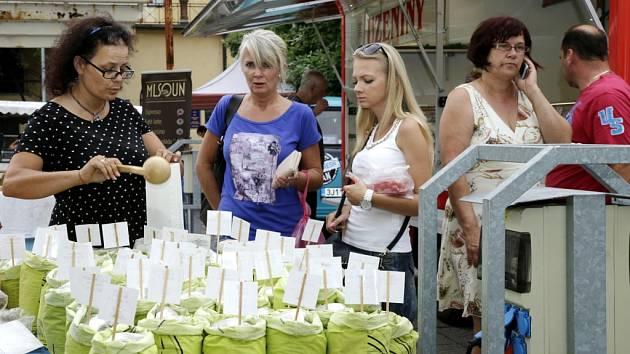 Farmářské trhy v královéhradeckých Gayerových kasárnách.