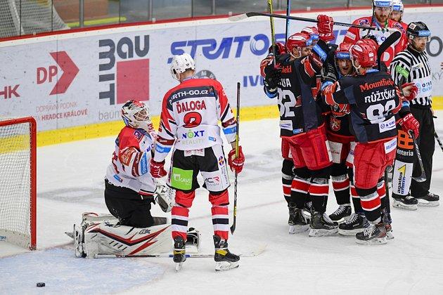 ROZHODUJÍCÍ GÓL vhokejovém utkání Mountfield HK - HC Dynamo Pardubice.