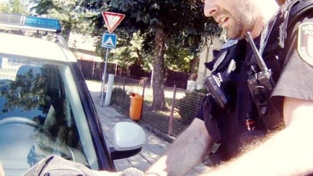 Strážník pacifikující agresora.