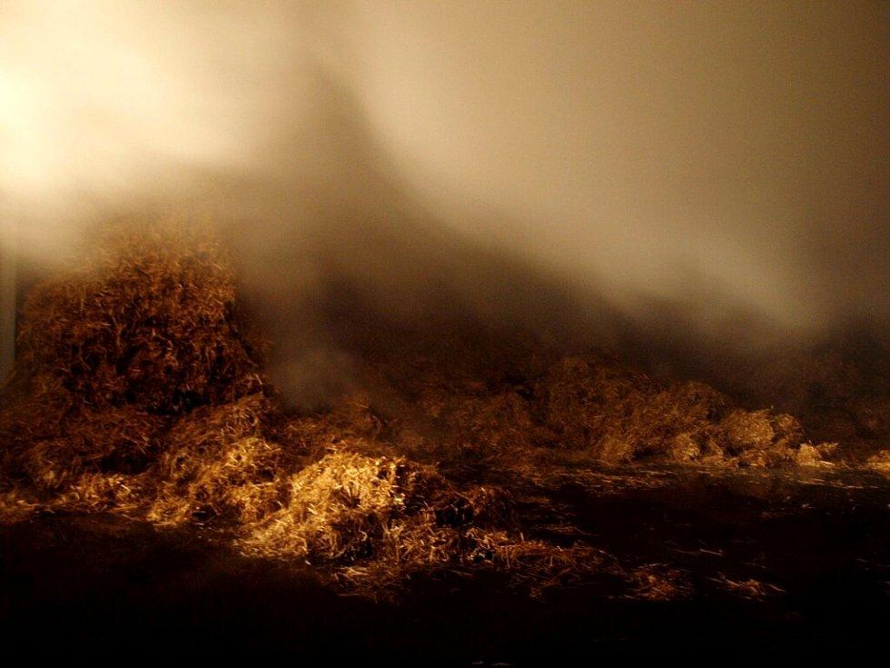 Požár uskladněné slámy v Novém Bydžově.