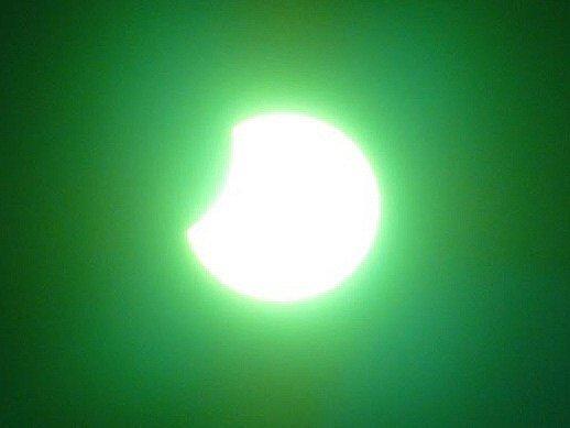 Zatmeni Slunce 1. srpna 2008, pozorovací místo 50.15574464142203, 16.081387996673584, čas pořízení 11.53 hodin SELČ.