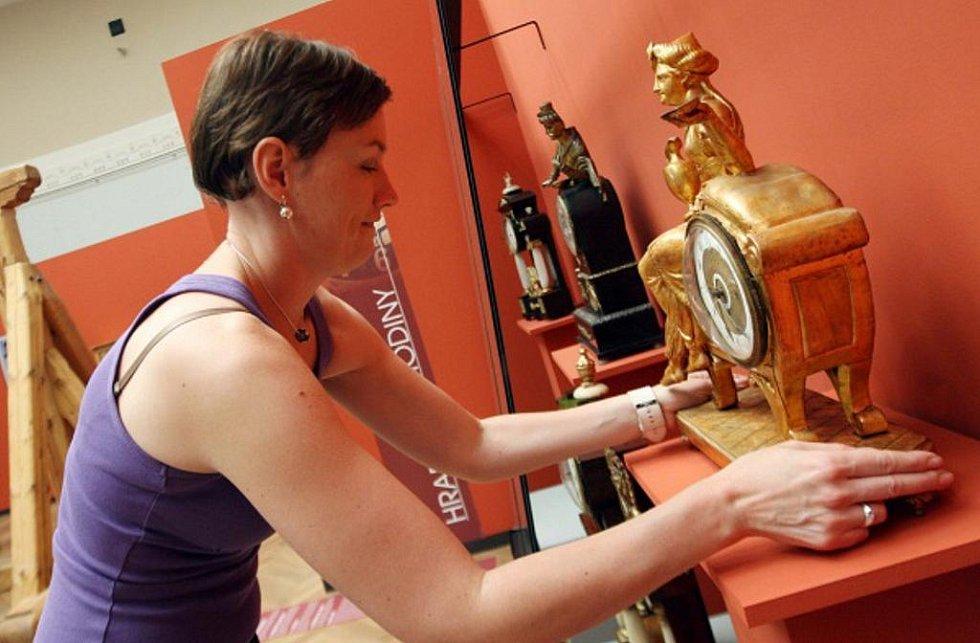 Výstava s názvem Hodiny v čase, čas v hodinách začala v Muzeu východních Čech.
