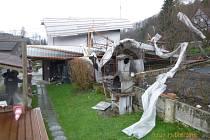 Utržená střecha domu na Javoru.