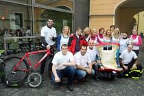 Pořadatelé charitativního Dne pro Vanesku před svojí spanilou jízdou a vycházkou, během které sbírali peníze pro nemocnou holčičku.