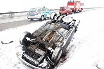 Havárie osobního automobilu na dálnici D11 u obce Klamoš.
