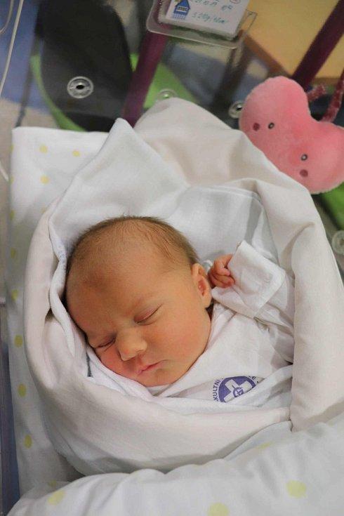 EMA HUDCOVÁ se narodila 29. října v 10.52 hodin. Měřila 48 cm a vážila 3210 g. Obrovskou radost udělala svým rodičům Martině a Marianu Hudcovým z Nového Bydžova. Doma se těší sourozenci Nelinka a Tomík.