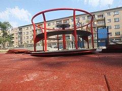 Dětské hřiště v mezibloku naproti Donu na Gočárově třídě.