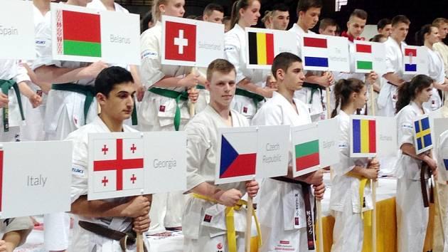 Nástup všech zúčastněných juniorů, vpředu Daniel Karlíček s vlajkou České republiky.