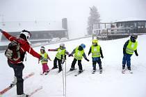 Děti z hradecké Mateřské školy Sion na lyžařském pobytu v Benecku.