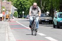 Nové dopravní značení se objevilo v ulici Na Drahách v Malšovicích. Cyklistům přibyl jízdní pruh na úkor vozidlům, která již nemůžou parkovat podél travnatého pruhu, jenž silnici rozděloval na dva pruhy.