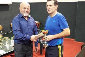 Ředitel turnaje Ján Hrdý (v modré košili) oceňuje Jiřího Kyksu (2. místo dvouhra, 1. m. čtyřhra).