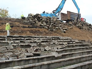 Bourání tribuny na fotbalovém stadionu