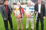 Zleva Miloš Mejtský, oslavenci Josef Souček a Zdeněk Krejčí (oba 80 let), Richard Jukl na Všesportovním stadionu pod lízátky.