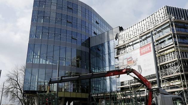 Pokračující stavba obchodního centra Aupark v Hradci Králové.