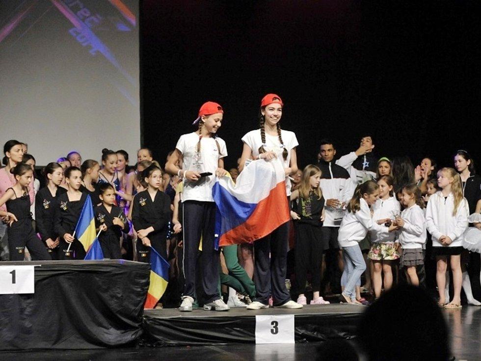 Hradecké baletky Izabela Gracíková a Lucie Stříteská při soutěži v chorvatské Poreči.