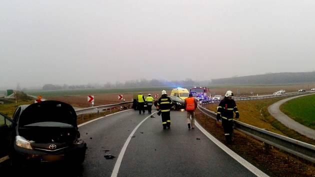 Dopravní nehoda tří osobních automobilů na sjezdu z dálnice D11 u Libišan.