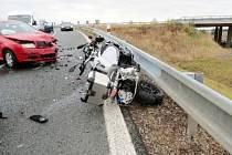 Dopravní nehoda automobilu a  motocyklu na sjezdu z dálnice D11.