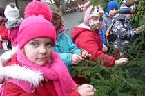 Děti ozdobily vánoční stromek ve dvorské ZOO