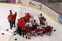 Baráž o hokejovou extraligu juniorů: Mountfield HK vs. HC Dukla Jihlava - oslavy postupu hradeckého týmu.