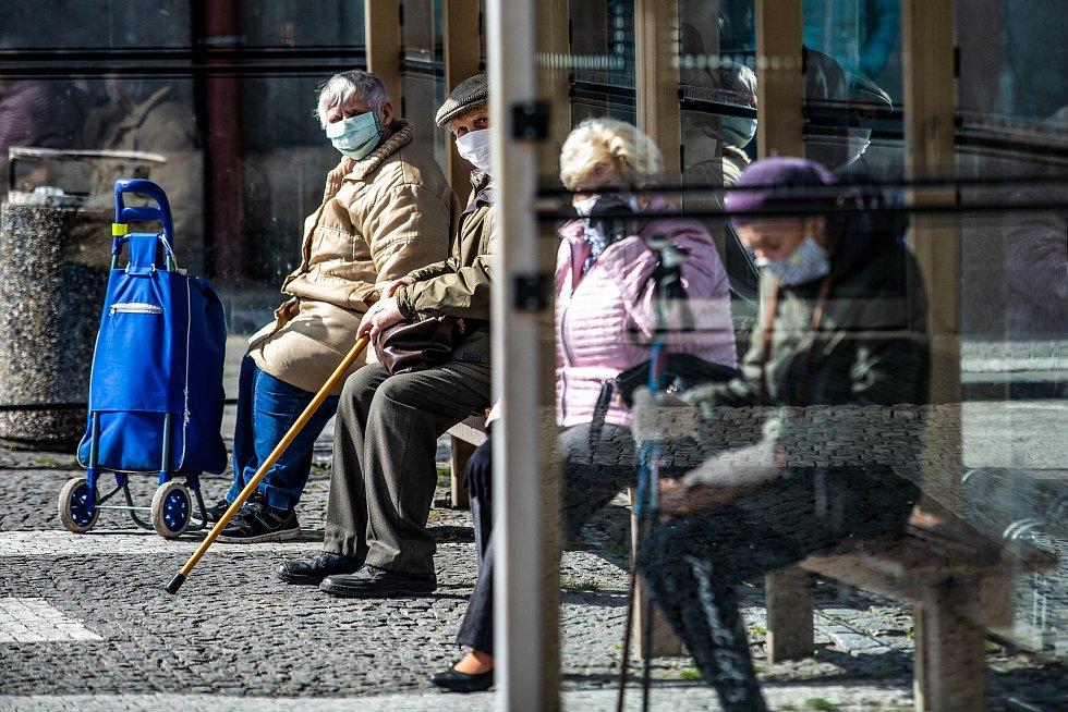 Lidé s rouškami v ulicích Hradce Králové.