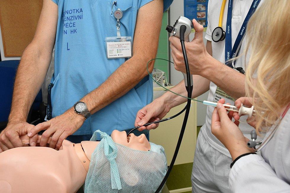 Studenti se na akci připravované ve spolupráci sLékařskou fakultou UK vHradci Králové mohli seznámit vrámci krátkých stáží sinternistickými pracovišti nemocnice.