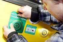 Jedenáct nových trolejbusů představí Dopravní podnik města v pondělí 4.dubna na terminálu hromadné dopravy. Cestující si budou otevírat dveře při nástupu i výstupu sami pomocí viditelně označených tlačítek umístěných uvnitř i vně trolejbusů.