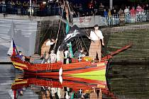 Noc muzeí: vylodění pirátů před Muzeem východních Čech a dobytí jeho budovy (pátek 28. května 2010).