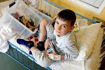 Děti se snaží uniknout z nemocnice před začátkem školního roku, aby mohly potkat v lavicích své kamarády.