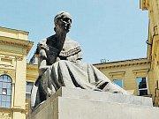 Přísný muž v římském rouchu odkazuje na původ právního systému v antickém Římě.