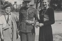Šrámek v rodných Svinarech v červnu 1945. Následky věznění zvláště vyniknou v porovnání s fotografií ze sjezdu abiturientů, na které je o pouhých deset let mladší.