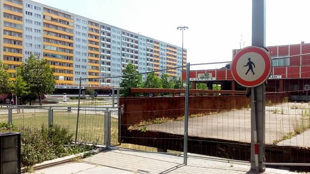 Zavřený mostek u Kozlovky dělá starosti i obchodům. Z jedné strany jsou od zbytku třídy zcela odříznuté.