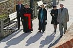 Soňa Červená a Dominik Duka na odpolední procházce na terasách v Hradci Králové.