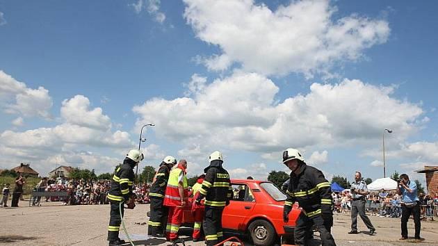 Na Dni policie v Novém Bydžově byl k vidění zásah proti demonstrantům i práce hasičů a lékařů při komplikované dopravní nehodě (24. června 2010).