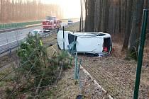 Nehoda osobního automobilu na dálnici D11.